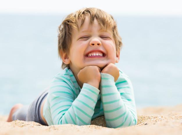 ילד שמח מחייך